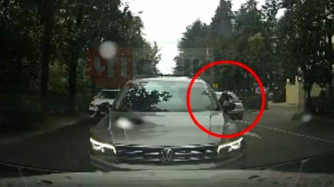 ВСочи легковушка сбила женщину, которая пыталась перебежать дорогу