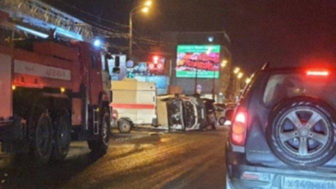 Жесткая авария, вкоторой «Скорую помощь» опрокидывают наперекрестке