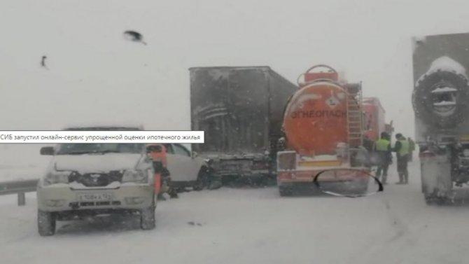 Шесть автомобилей под Красноярском стали участниками сразу трех аварий