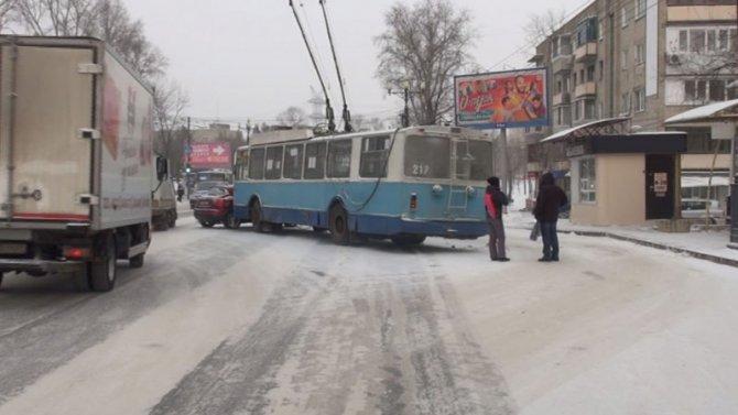 Безобидный троллейбус вХабаровске из-за гололеда «пошел натаран»
