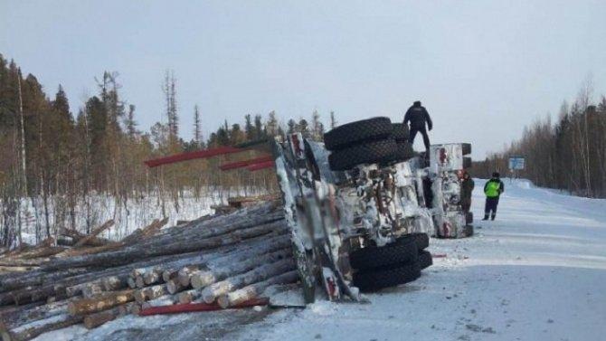 Мужчина погиб при опрокидывании лесовоза в Томской области