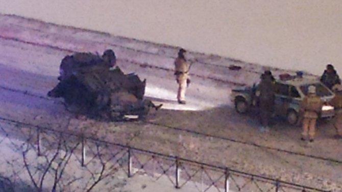 В Петербурге на Дунайском проспекте автомобиль опрокинулся на крышу