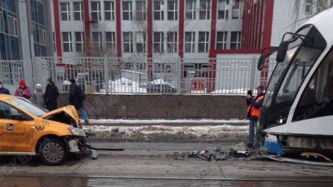 В ДТП с такси и трамваем в Москве пострадала женщина