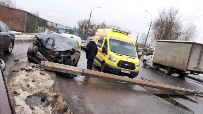 В Петербурге иномарка снесла столб – серьезно пострадал ребенок