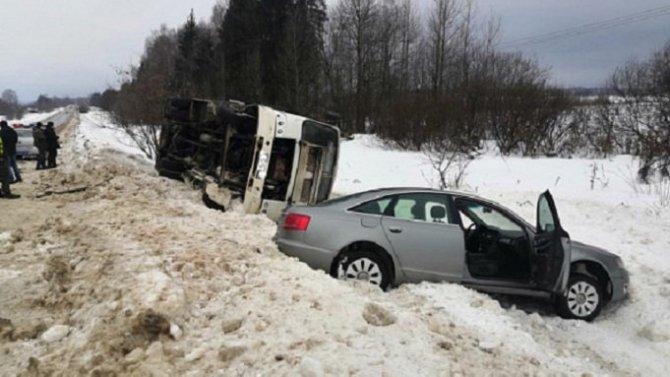 Рейсовый автобус опрокинулся в Шуйском районе Ивановской области