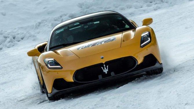 Суперкар Maserati MC20 испытали вроли «снегохода»