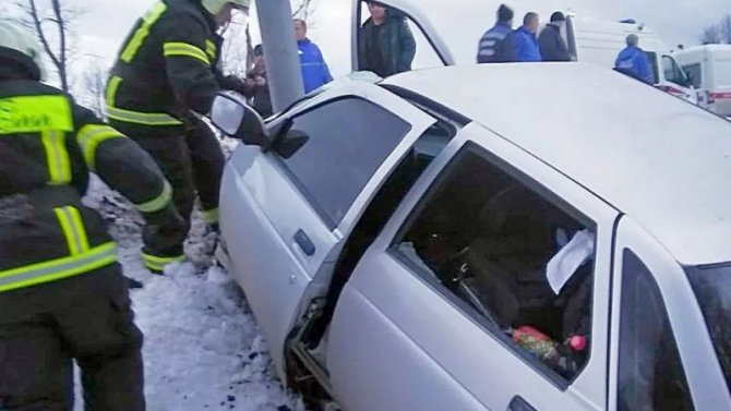 В Воронежской области ВАЗ врезался в столб – погибли двое