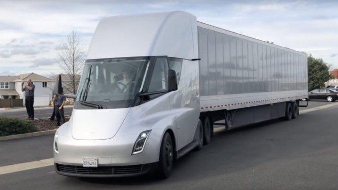 Илон Маск напомнил обэлектрогрузовике Tesla Semi