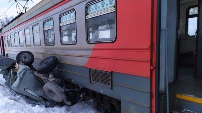 Электропоезд раздавил УАЗ в Кузбассе – водитель погиб