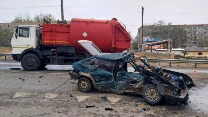 В Астраханской области в ДТП с мусоровозом погиб человек