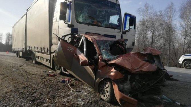 Водитель такси погиб в ДТП между двумя фурами под Миассом