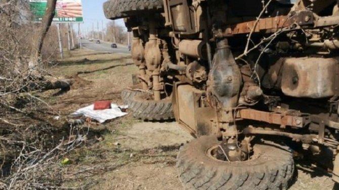 Грузовик насмерть придавил водителя в Оренбурге