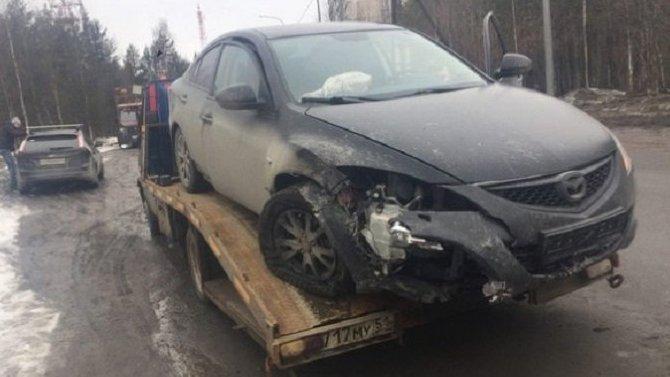 Под Оленегорском автомобиль врезался в столб