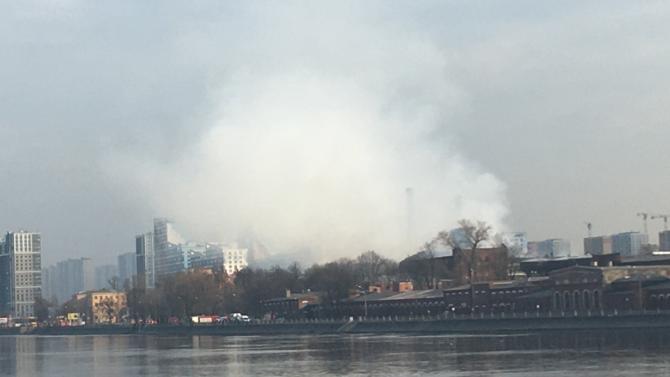 В Петербурге из-за страшного пожара вторые сутки перекрыто движение на Октябрьской набережной