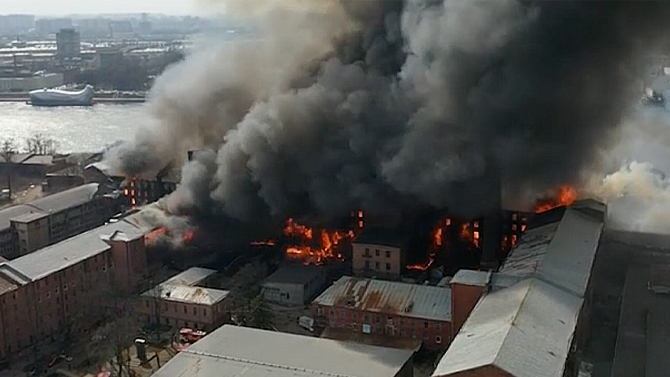 ВПетербурге сильный пожар настарой мануфактуре полностью остановил движение наОктябрьской набережной