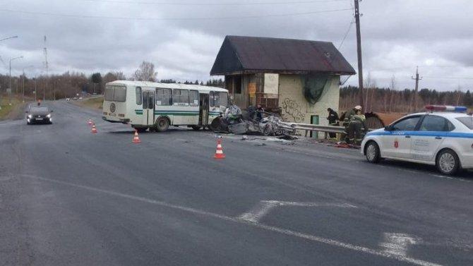 Четыре человека погибли в ДТП с автобусом в Ленобласти