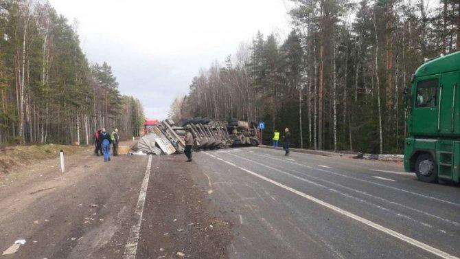 На «Скандинавии» опрокинулся грузовик