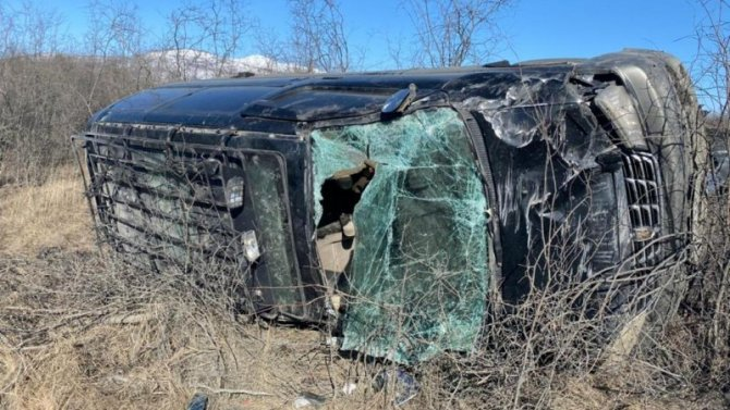 Три человека пострадали при опрокидывании микроавтобуса в Якутии