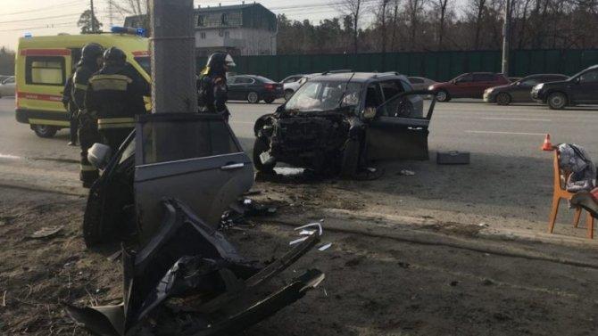 В Челябинске автомобиль врезался в столб – водитель погиб