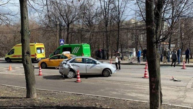 Три автомобиля столкнулись на западе Москвы