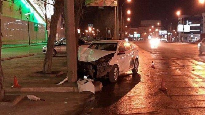 В Новосибирске такси врезалось в столб – пострадал водитель