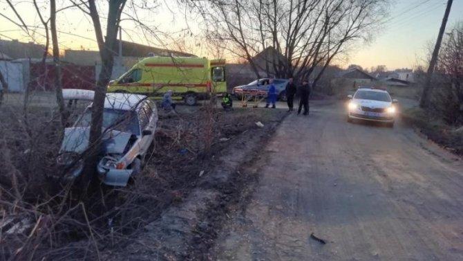 В Кургане подросток за рулем автомобиля врезался в дерево