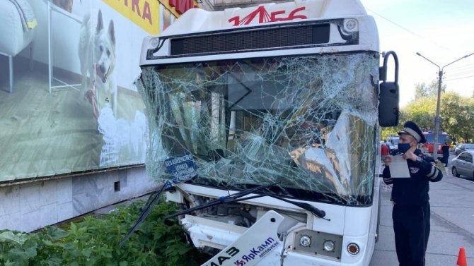 В Череповце автобус с пассажирами выехал на тротуар и врезался в стену дома