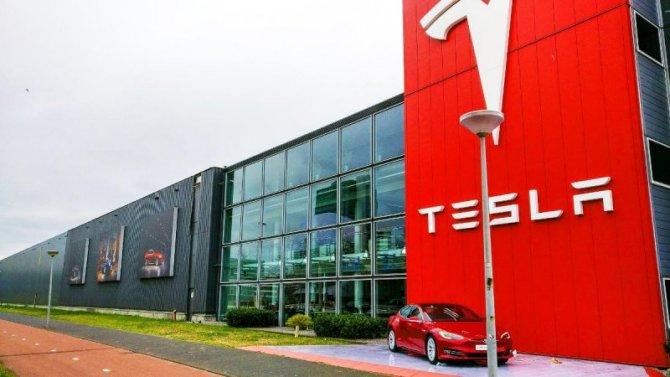 Китайские владельцы Tesla жалуются натормоза