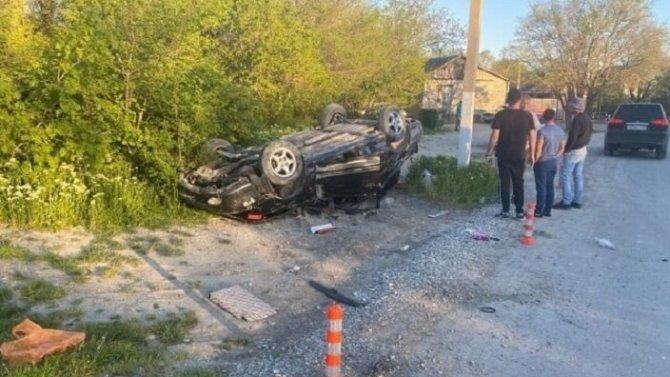 Под Геленджиком водитель без прав опрокинул автомобиль – пострадали двое детей