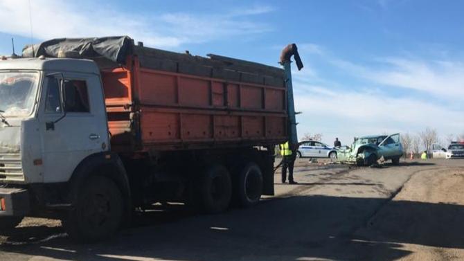 Под Самарой вДТП сгрузовиком илегковушкой погибло 2 человека, втом числе ребёнок