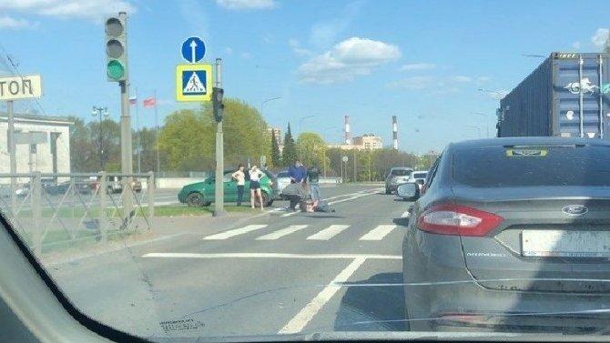 В Петербурге на Непокоренных мотоцикл сбил пешехода