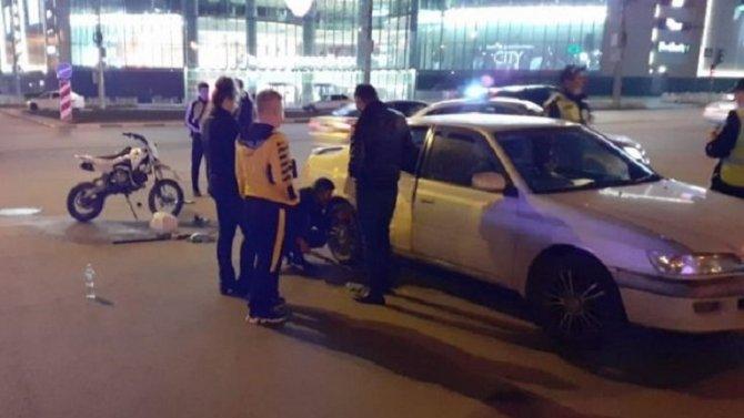 В Новосибирске подросток без прав на мотоцикле сломал в ДТП ноги