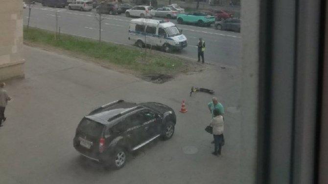 В Петербурге иномарка сбила двоих на самокате