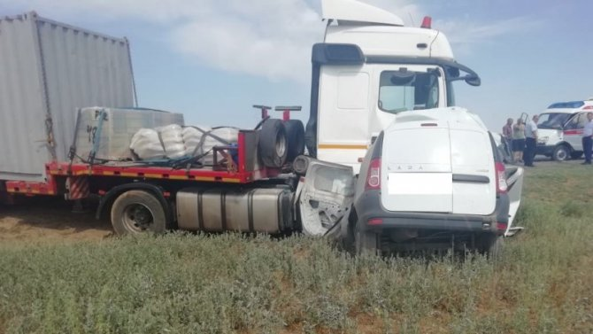Мужчина погиб в ДТП с КамАЗом в Астраханской области
