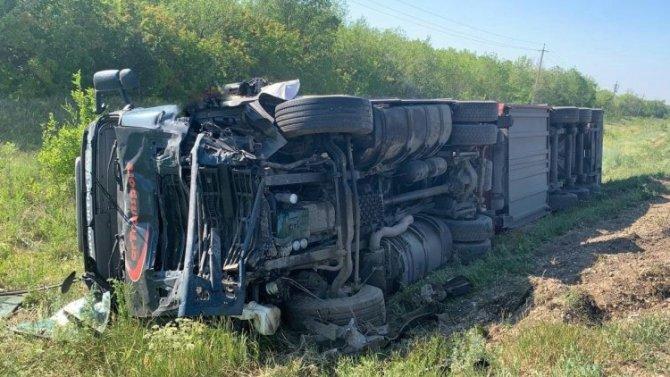 Под Волжском погибло 3 человека вовремя столкновения легковушки сгрузовиком