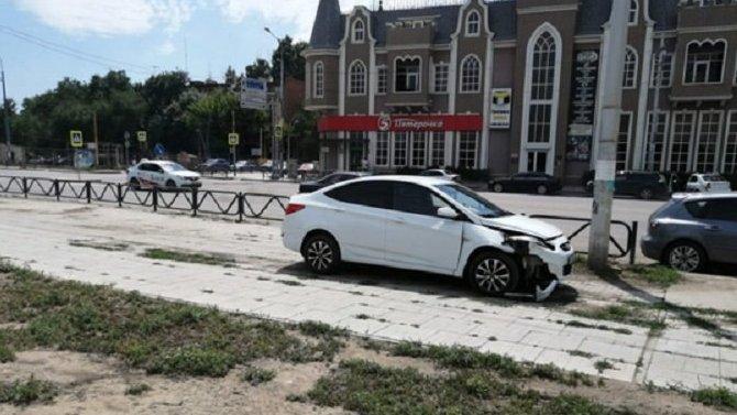 В Астрахани после ДТП автомобиль сбил подростка на тротуаре