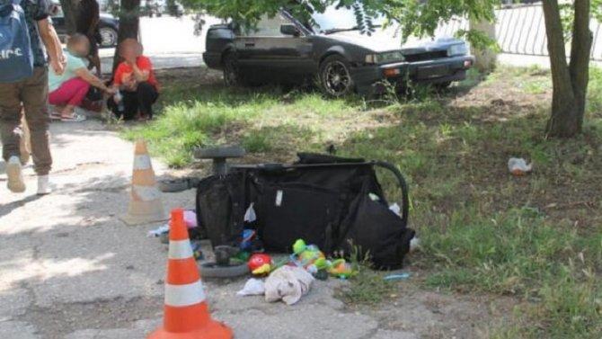 В Евпатории автомобиль сбил женщину с детьми на тротуаре