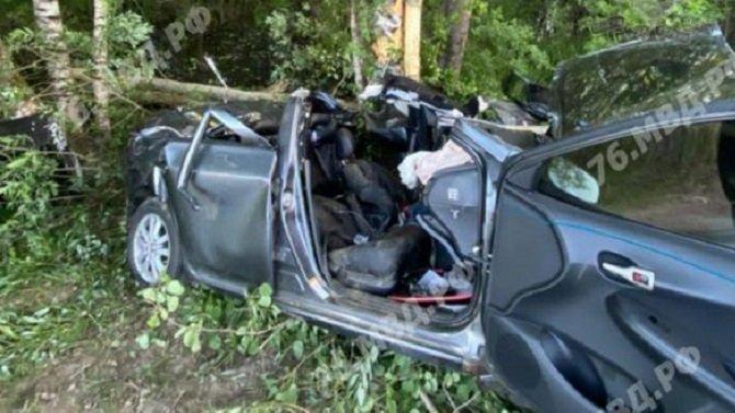 В Рыбинске автомобиль врезался в дерево – пострадали четверо