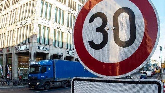 ВГИБДД поддержали снижение скорости до30 км/ч, потому что вреальности это 50 км/ч