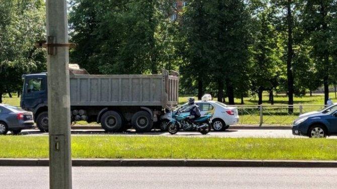 Пассажирка такси погибла в ДТП в грузовиком в Петербурге