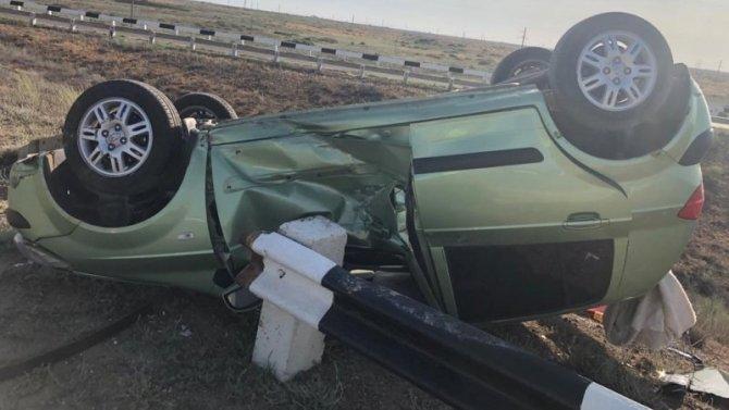 Подросток пострадал при опрокидывании автомобиля в Астраханской области