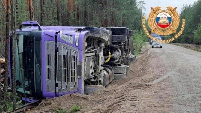 Водитель погиб при опрокидывании лесовоза в Карелии