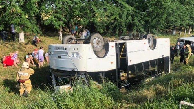 НаКубани перевернулся автобус спассажирами— 14 постардавших
