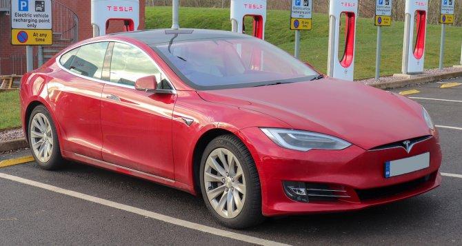 Tesla Model S на зарядке