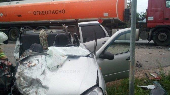 Водитель Lada Kalina уснул зарулём иврезался вбензовоз