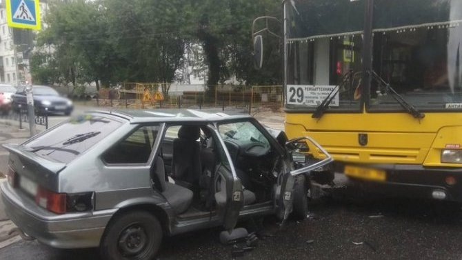 ВИжевске 17-летний водитель без прав врезался впассажирский автобус