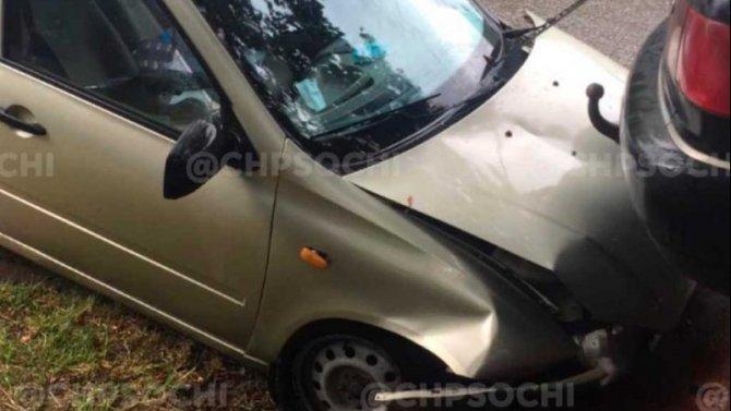 В Сочи женщина-водитель врезалась в припаркованную машину и погибла