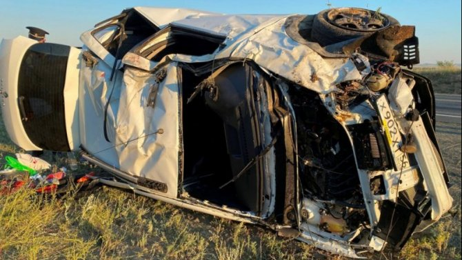Женщина погибла при опрокидывании автомобиля в Оренбургской области
