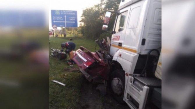 В ДТП с фурой в Кировском районе Ленобласти погиб человек