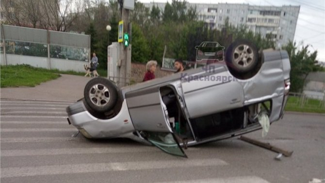 В Красноярске после ДТП опрокинулась машина – пострадала женщина-водитель